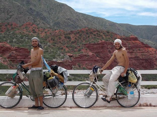 Gonzalo y Agustín en sus dos bicis inglesas