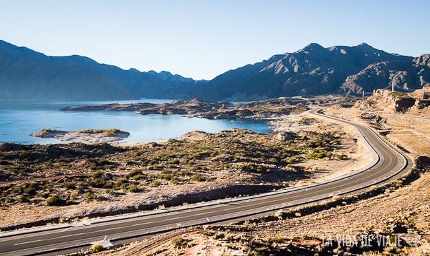 Esa ruta que ven ahí bordea el dique y es concurrida por los mendocinos los fines de semana