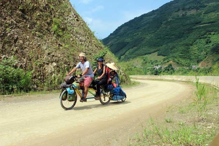 viajar en familia viajar en bicicleta-La Vida de Viaje-Llegando-a-China